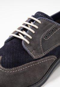 Bugatti - FEDELE - Šněrovací boty - grey/blue - 5