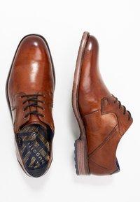 Bugatti - LETTERIO - Šněrovací boty - cognac - 1