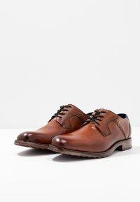 Bugatti - LETTERIO - Šněrovací boty - cognac - 2