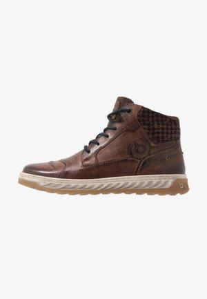 EXETER - Šněrovací kotníkové boty - dark brown