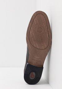 Bugatti - REFITO - Zapatos con cordones - dark brown - 4