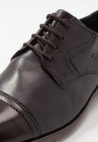 Bugatti - REFITO - Zapatos con cordones - dark brown - 5