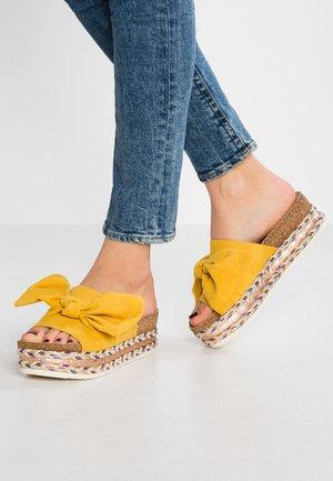 Pantofle na podpatku - yellow