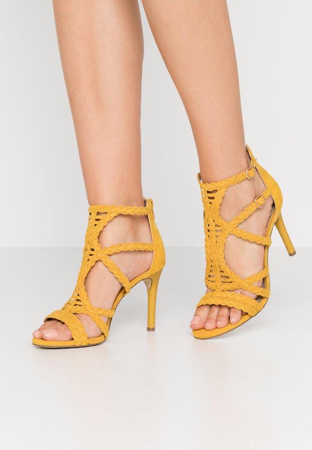 Sandały na obcasie - old yellow