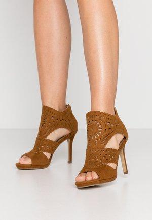 Sandály na vysokém podpatku - hazl