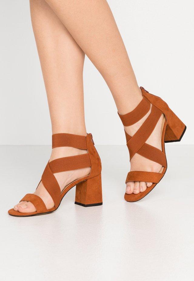 Sandały - cina