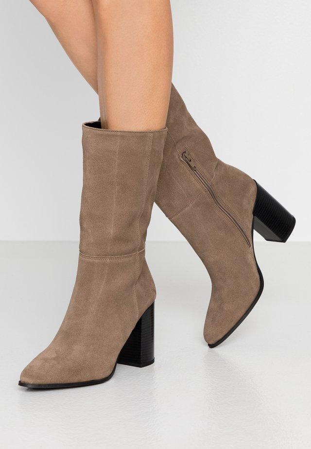 Kozačky na vysokém podpatku - brown