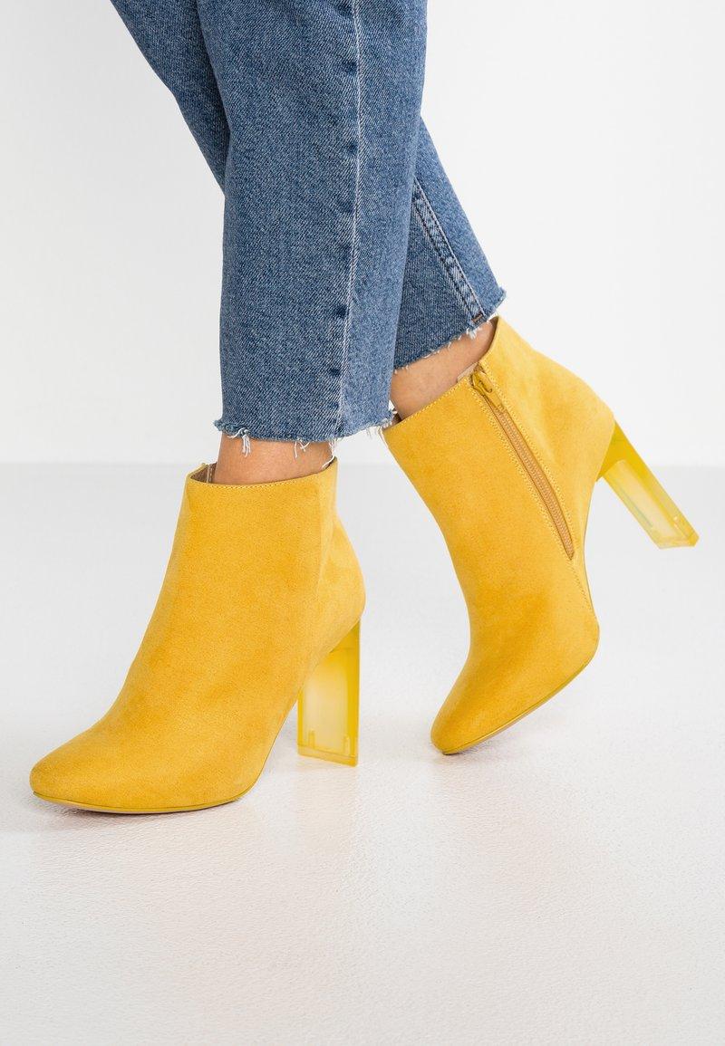 Bullboxer - Kotníková obuv na vysokém podpatku - old yellow