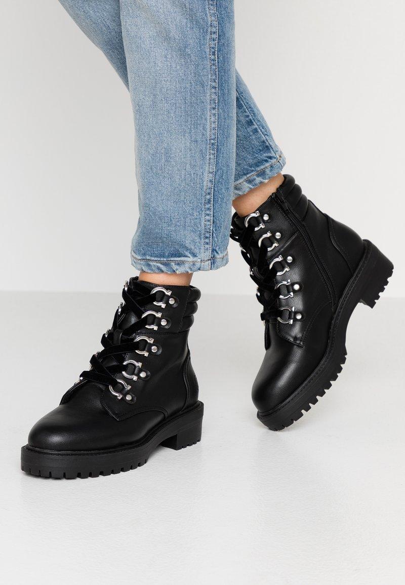 Bullboxer - Kotníkové boty na platformě - black