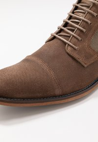 Bullboxer - Chaussures à lacets - brown