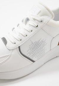 Bullboxer - Sneakersy niskie - white - 5