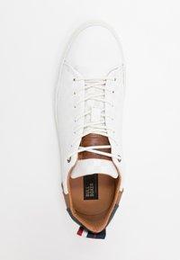 Bullboxer - Sneakersy niskie - white - 1