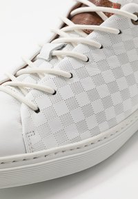 Bullboxer - Sneakersy niskie - white - 6