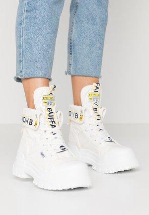 ASPHA - Kotníkové boty na platformě - white