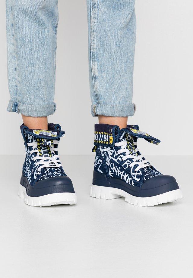 ASPHA - Kotníkové boty na platformě - graffiti