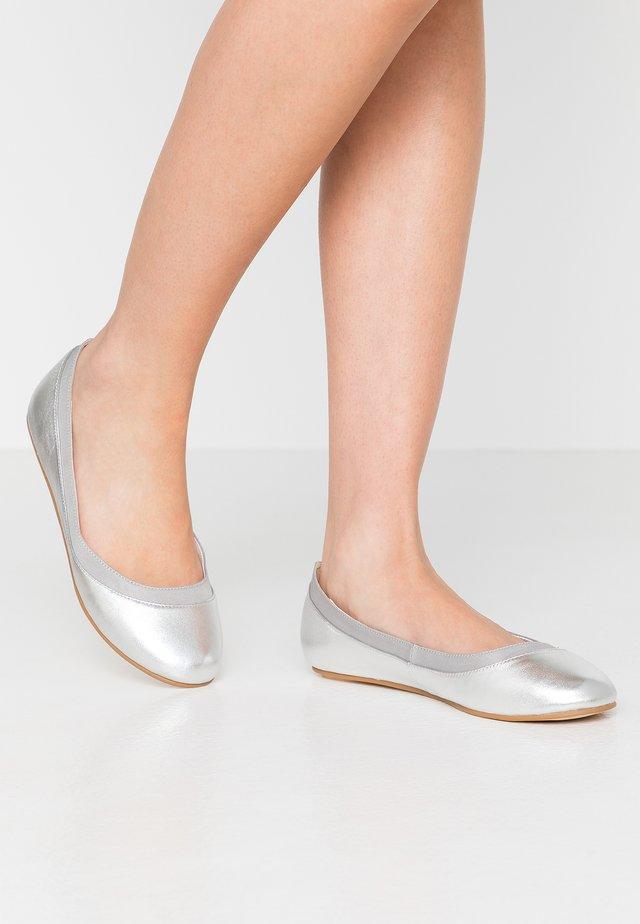ANNELIE - Klassischer  Ballerina - silver
