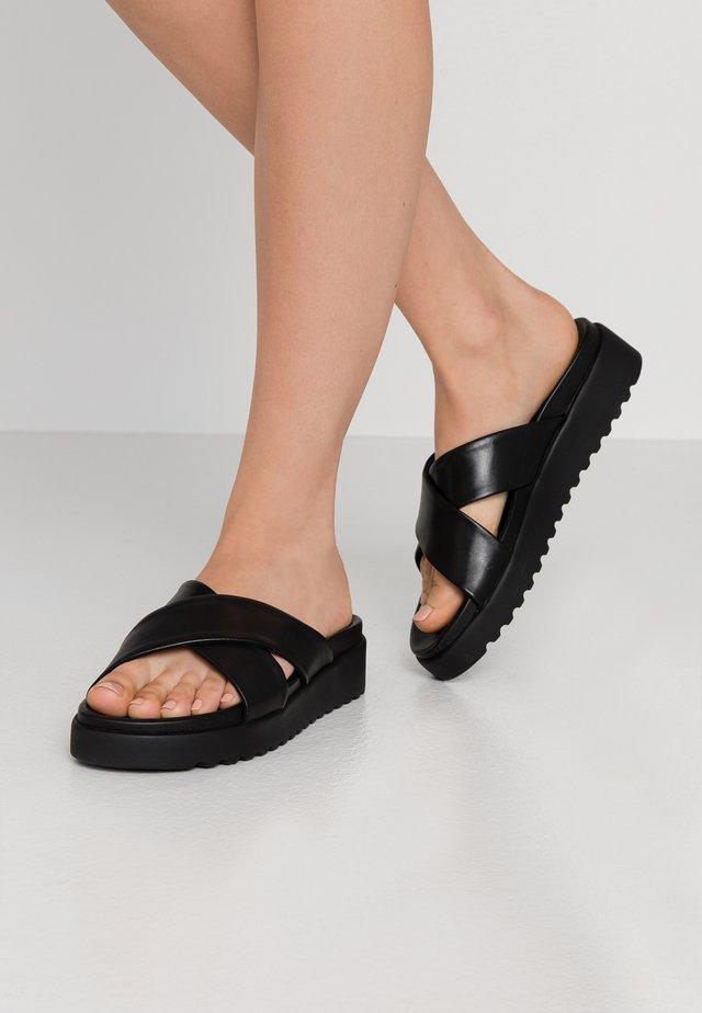 JAVIA - Pantolette flach - black
