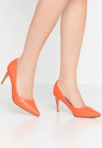 Buffalo - FANNY - Klasické lodičky - orange - 0