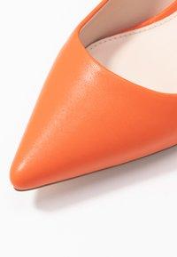 Buffalo - FANNY - Klasické lodičky - orange - 2