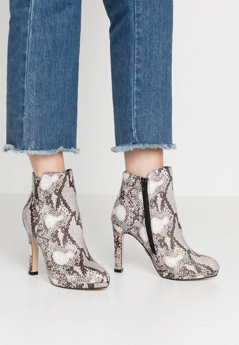 Buffalo - Kotníková obuv na vysokém podpatku - black/white