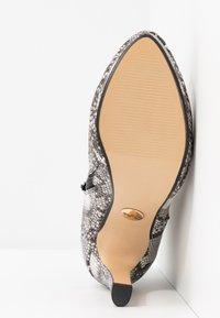 Buffalo - Kotníková obuv na vysokém podpatku - black/white - 6