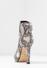 Buffalo - Kotníková obuv na vysokém podpatku - black/white - 5