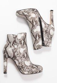 Buffalo - Kotníková obuv na vysokém podpatku - black/white - 3
