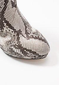 Buffalo - Kotníková obuv na vysokém podpatku - black/white - 2