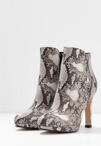 Buffalo - Kotníková obuv na vysokém podpatku - black/white - 4