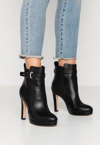 Buffalo - AUDRINA - Kotníková obuv na vysokém podpatku - black - 0