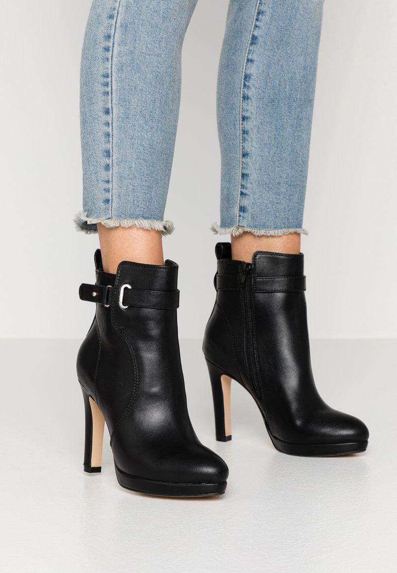 Buffalo - AUDRINA - Kotníková obuv na vysokém podpatku - black