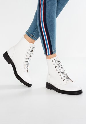 ALLY - Botines con cordones - white