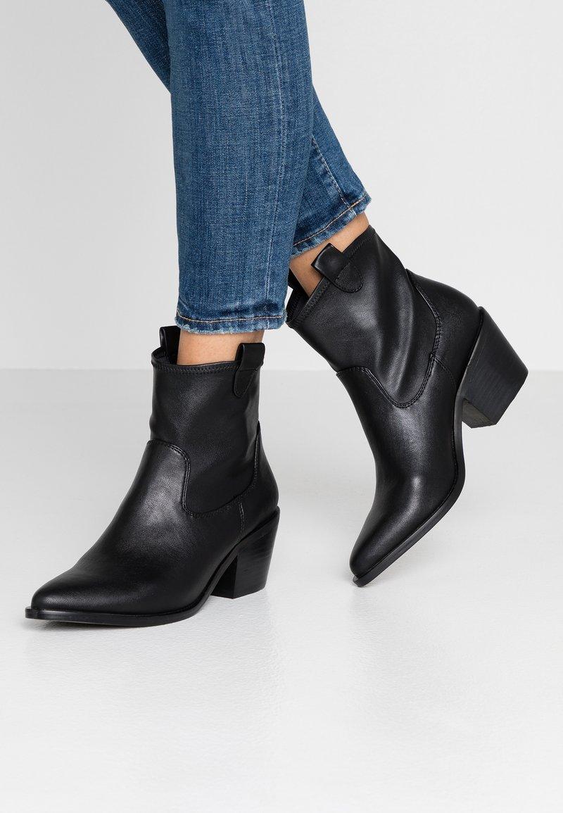 Buffalo - ABIGAIL - Kovbojské/motorkářské boty - black
