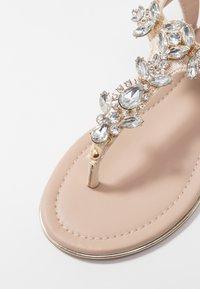 Buffalo - Sandály s odděleným palcem - gold - 2