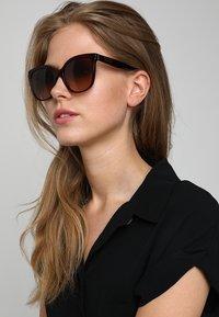 Burberry - Sonnenbrille - bordeaux/havana - 1
