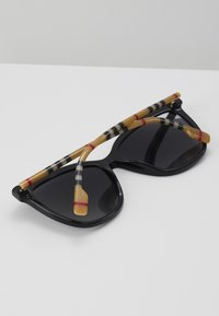 Burberry - Sonnenbrille - black - 4