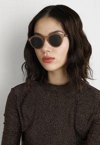 Burberry - Sonnenbrille - matte brown - 3