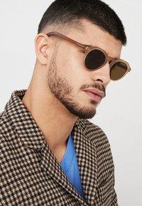 Burberry - Sonnenbrille - matte brown - 1
