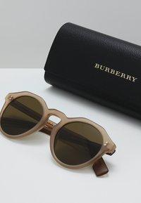 Burberry - Sonnenbrille - matte brown - 2