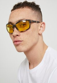Burberry - Lunettes de soleil - brown/yellow - 1