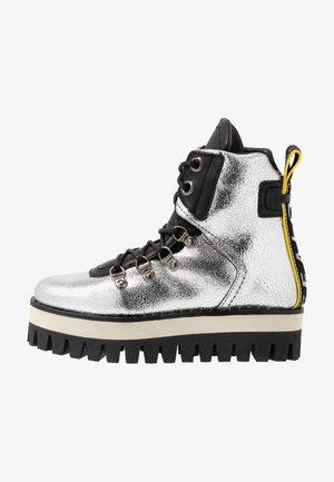 GESINA - Kotníkové boty na platformě - silver