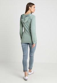 Boob - WARMER HOODIE - Langærmede T-shirts - green surf - 2