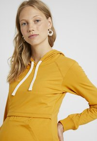 Boob - WARMER HOODIE - Jersey con capucha - amber - 3