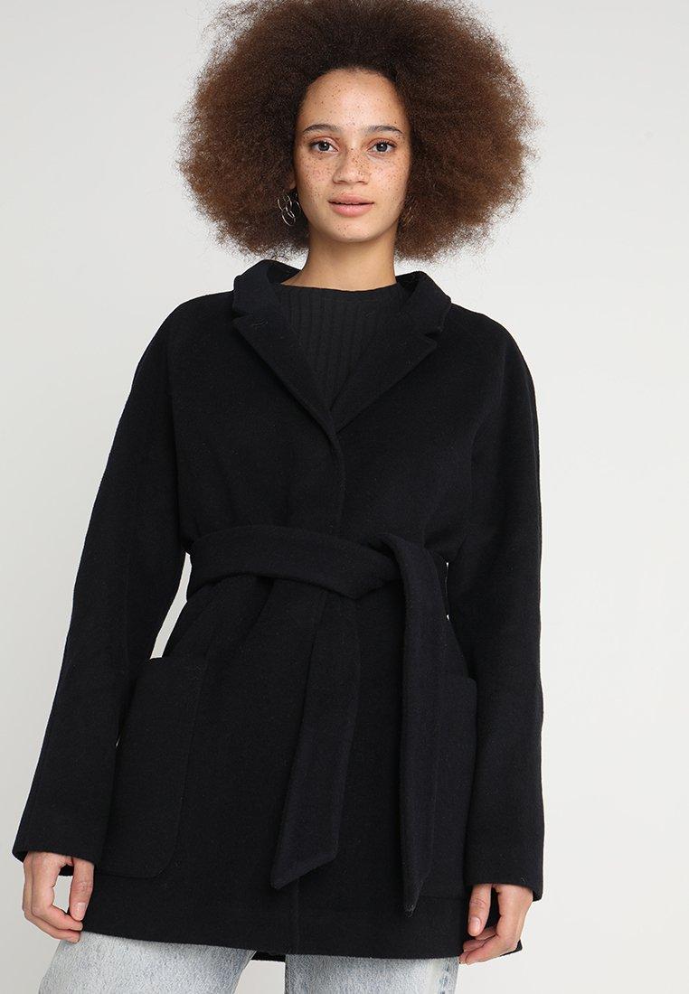 Brixtol Textiles - SUZ - Short coat - navy