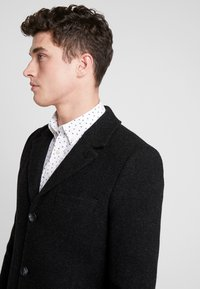 Brixtol Textiles - IAN - Mantel - black melange - 3