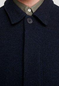 Brixtol Textiles - T-COAT - Kappa / rock - navy - 6