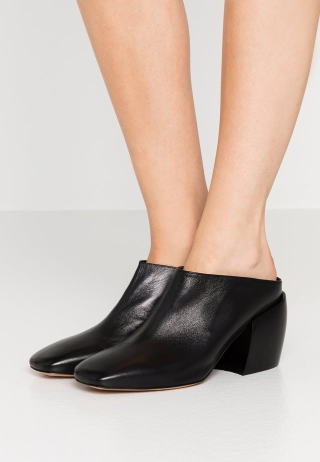 LYLA - Pantofle na podpatku - black