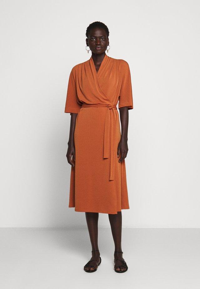 IVESIA - Sukienka z dżerseju - brick