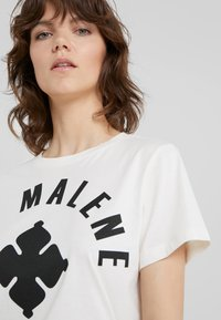 By Malene Birger - MARIANNE - T-Shirt print - soft white - 3