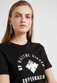 By Malene Birger - NAYAH - Print T-shirt - black / silver - 4